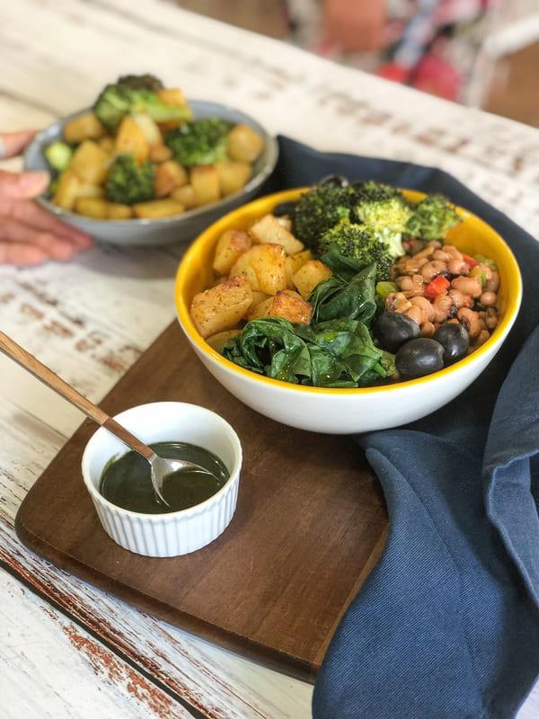 Feijão-frade Quente com Batatas e Brócolos Assados