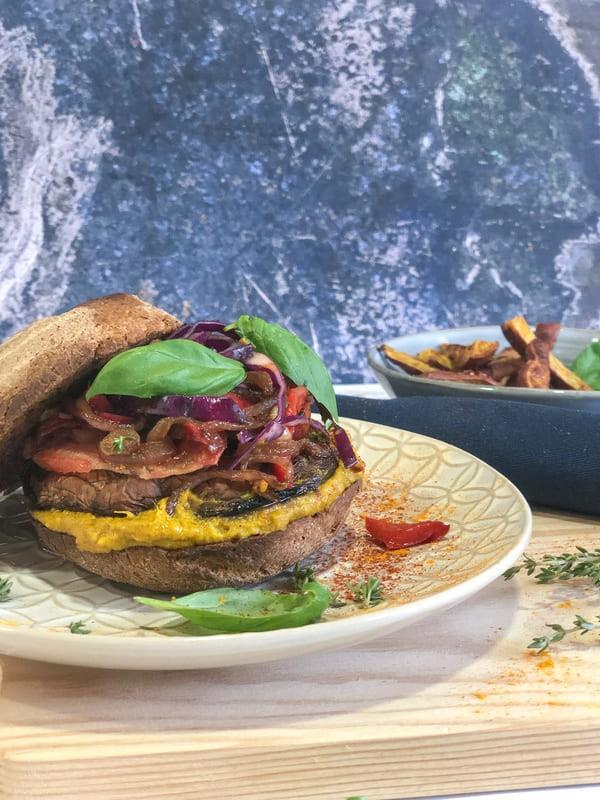 "Hambúrguer de Portobello com Creme de Abacate e Mostarda + Batata doce ""frita"""