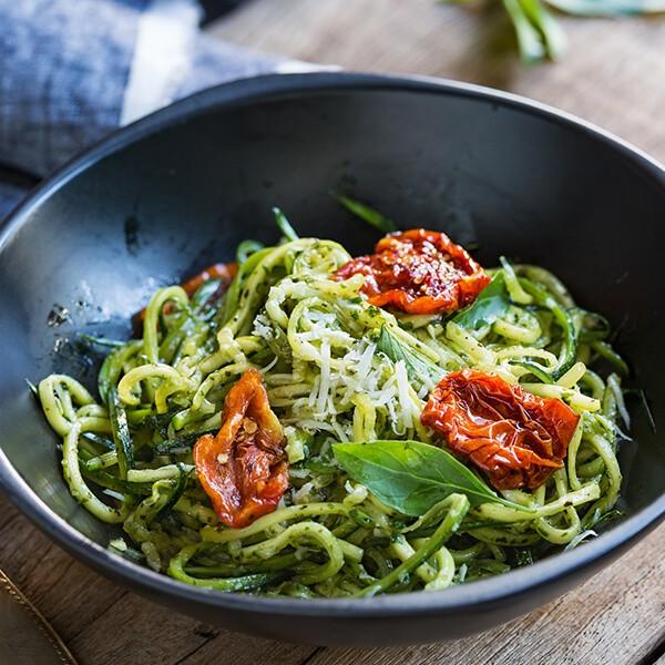 Noodles De Curgete Com Molho De Abacate E Moringa