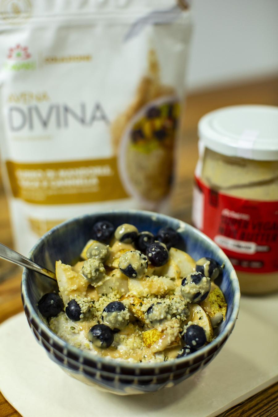 Yogurt con Avena Divina Mandorle, Maca e Cannella con Pera e Mirtilli