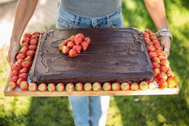 Pastel de cacao y fresas