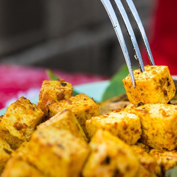 Tofu Com Crosta De Sementes De Cânhamo Em Cama De Espinafres