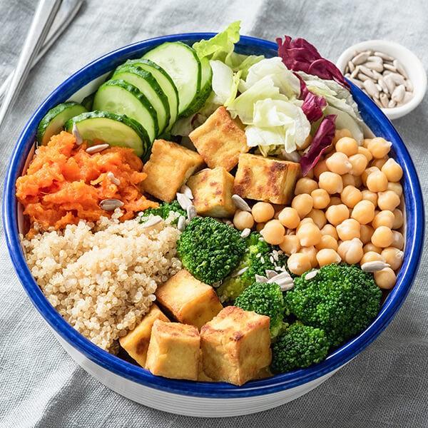 Salade De Tofu Chaud, De Légumes Cuits Au Four Avec Des Épinards Et Une Sauce À La Moutarde