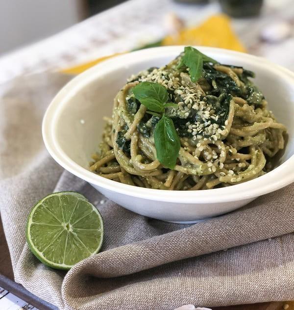 Pâtes Au Pesto D'Avocat, Basilic Et Graines De Chanvre