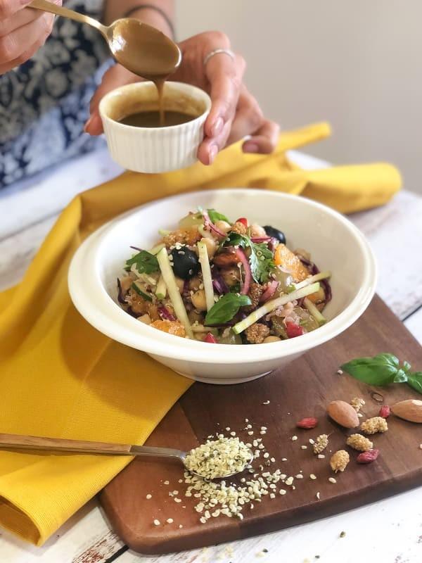 Salada de Quinoa, Grão e Fruta com Molho de Mostarda e Lima