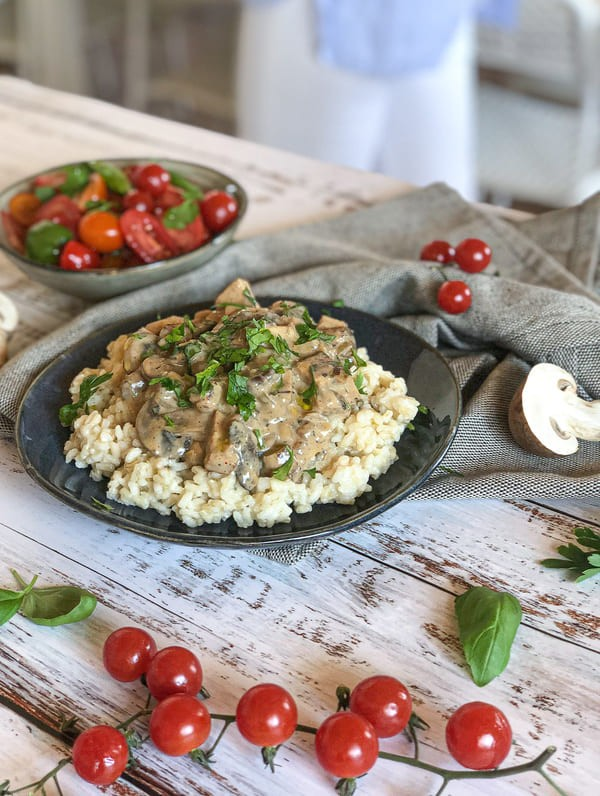 Strogonoff de Tofu e Cogumelos com Salada de Tomate e Ervas Frescas