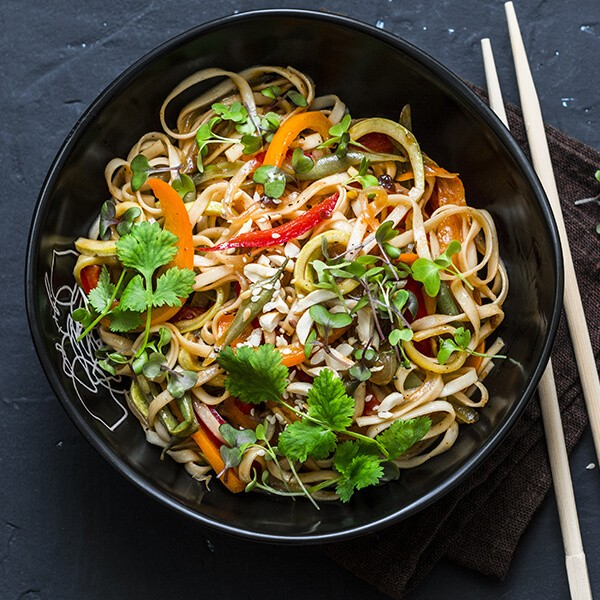 Noodles De Abóbora Com Tofu, Curcuma E Amêndoas