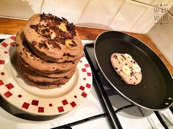 Pancakes Sans gluten À La Banane Et Aux Fèves De Cacao Caramélisées