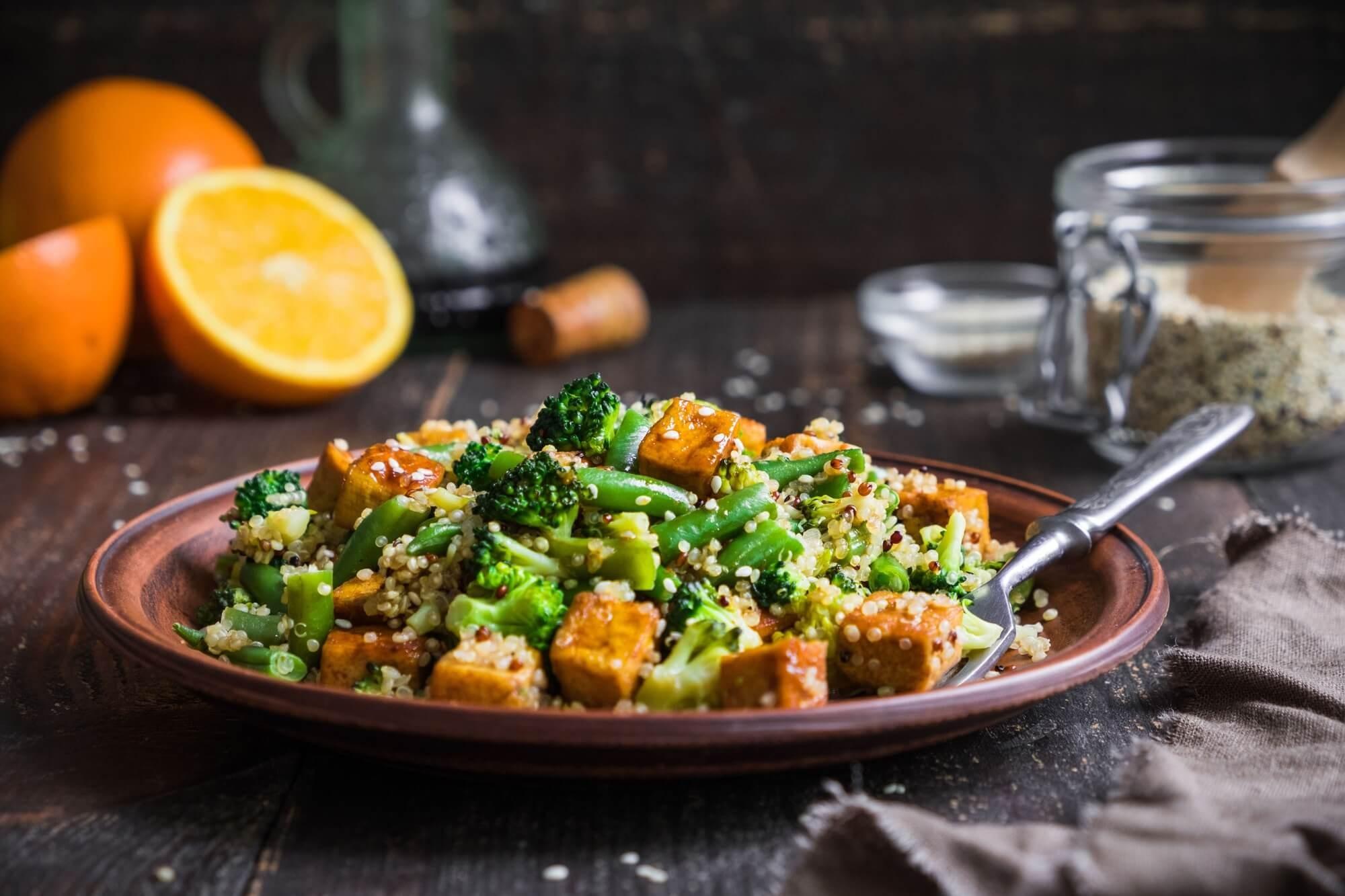 Salada De Tofu Com Molho De Amêndoa E Sementes De Cânhamo